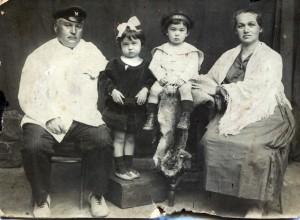 Владимир Карпович и Варвара Андреевна Кулаева с детьми Дзерой и Костей (1)