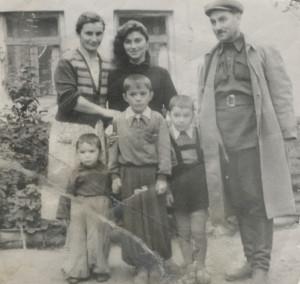 сентябрь 1958 г. семья во дворе